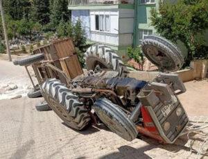 Antalya'da traktör devrildi 2 yaralı
