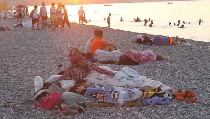 Antalya'da sahiller açık hava oteline döndü