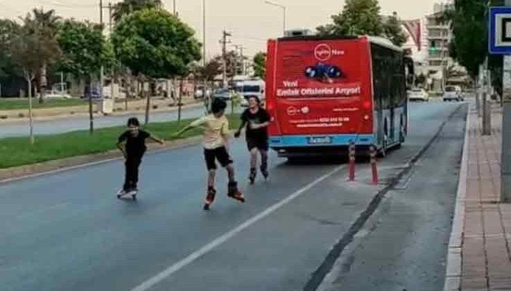 Otobüsün arkasında tehlikeli yolculuk otobüs şoförünün fark etmesiyle son buldu
