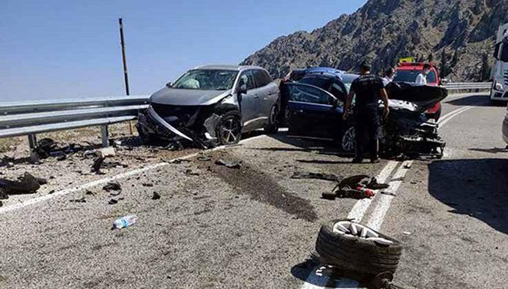 Antalya'da üç aracın karıştığı kazada 7 kişi yaralandı