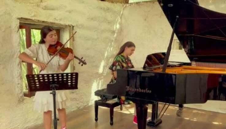 İki genç müzisyen yanan ormanlar için çaldı