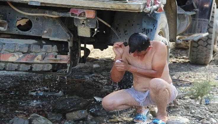 Görev alanında arazöz suyuyla duş alıp çamaşırlarını yıkadı, işine devam etti