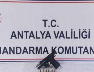 Antalya'da ruhsatsız tabanca ele geçirildi