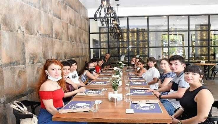 Kemer Belediyesi Çocuk ve Gençlik Bandosu Başkan Topaloğlu ile bir araya geldi