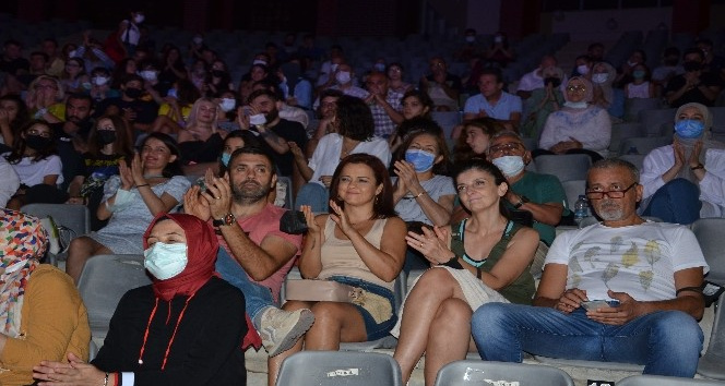 'Düğün Hatırası' Alanyalı tiyatro severlerle buluştu
