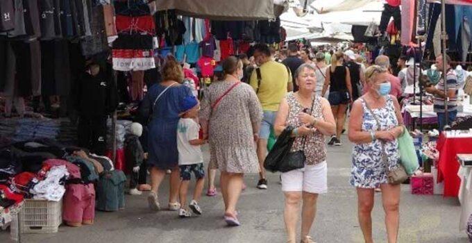 Manavgat'ta yağan yağmur esnafa yaradı, turistler pazara akın etti