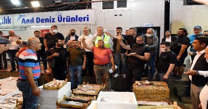 Sezonun ilk balık mezatı yapıldı, bir kasa barbun bin TL'ye satıldı