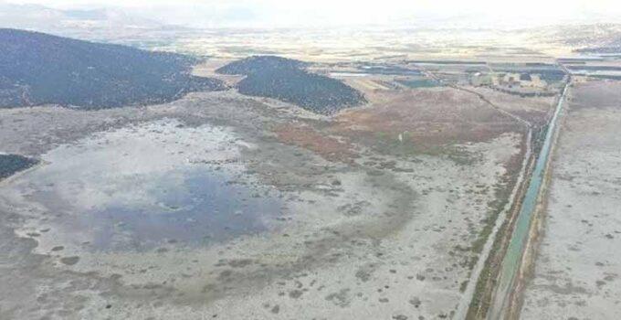 Antalya'da Avlan gölünde korkutan görüntü: Sular yüzlerce metre çekildi