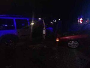 Araçlar kafa kafaya çarpıştı: 3 yaralı