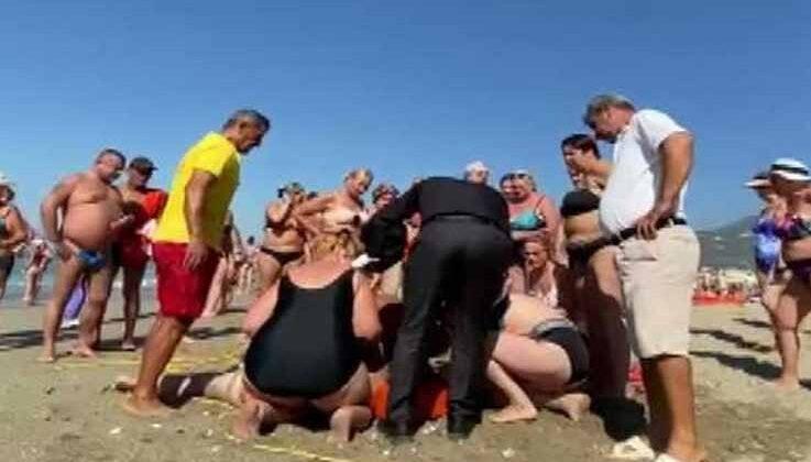 Boğulma tehlikesi geçiren Rus turistin yakını, yaşam belirtisi gördüğü an gözyaşlarını tutamadı
