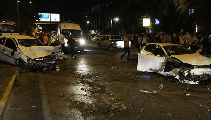 Karşı şeride geçen otomobil, 2 araca çarptı: 1'i ağır 4 yaralı
