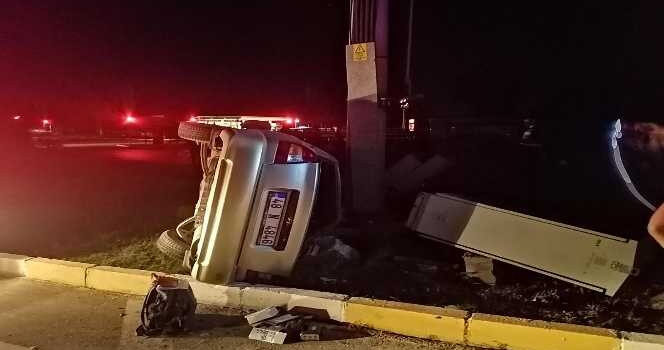 Takla atan otomobil, aydınlatma direğine çarparak durabildi: 1 yaralı
