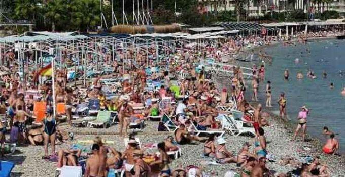 Kemer'de Ekim ayı ortasında sahilde turist yoğunluğu