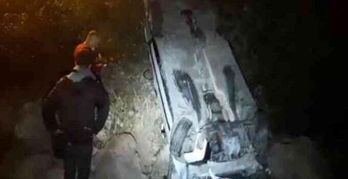 Antalya'da refüje çarpan otomobil takla attı: 2 yaralı