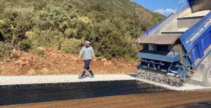 Kaş Yeniköy grup yolunda asfalt çalışması
